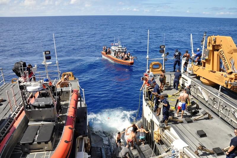 Chùm ảnh: Thủy thủ Mỹ nổ súng chặn cá mập giữa đông người bơi - ảnh 12