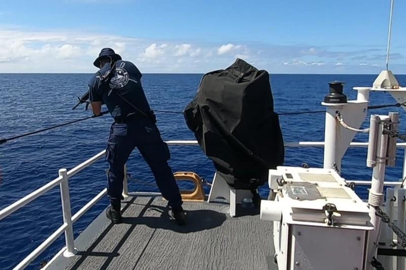 Chùm ảnh: Thủy thủ Mỹ nổ súng chặn cá mập giữa đông người bơi - ảnh 9