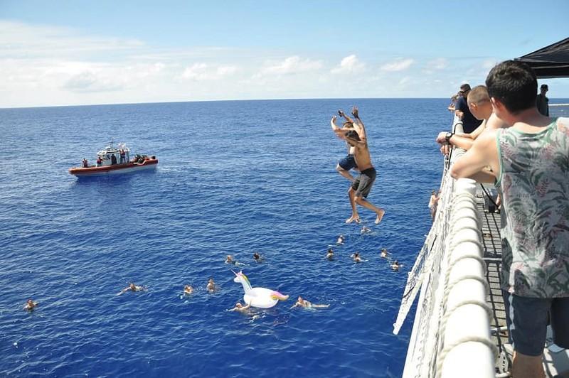 Chùm ảnh: Thủy thủ Mỹ nổ súng chặn cá mập giữa đông người bơi - ảnh 2