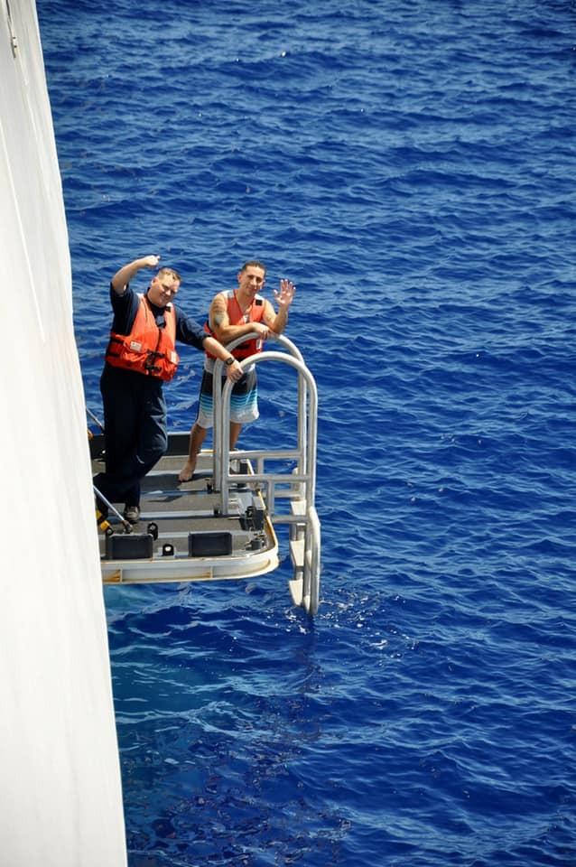Chùm ảnh: Thủy thủ Mỹ nổ súng chặn cá mập giữa đông người bơi - ảnh 5