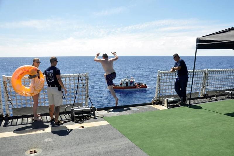 Chùm ảnh: Thủy thủ Mỹ nổ súng chặn cá mập giữa đông người bơi - ảnh 3
