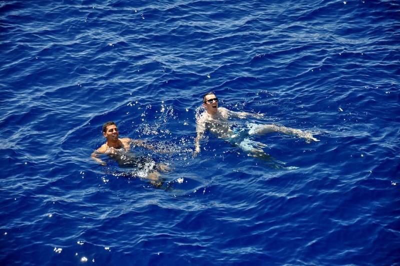 Chùm ảnh: Thủy thủ Mỹ nổ súng chặn cá mập giữa đông người bơi - ảnh 4