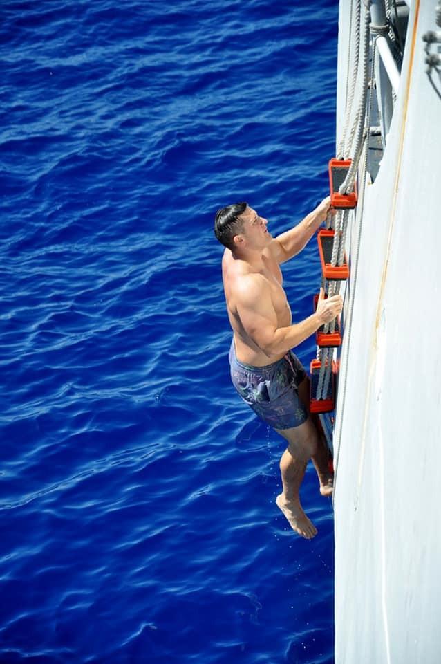 Chùm ảnh: Thủy thủ Mỹ nổ súng chặn cá mập giữa đông người bơi - ảnh 10