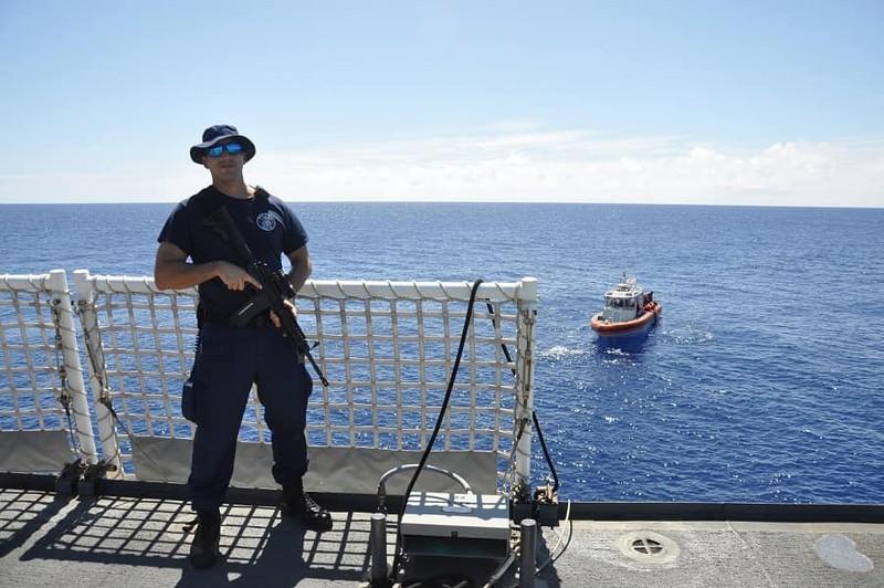 Chùm ảnh: Thủy thủ Mỹ nổ súng chặn cá mập giữa đông người bơi - ảnh 1