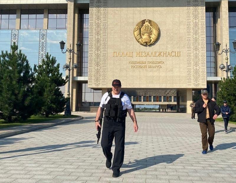 Biểu tình lớn, ông Lukashenko lại mặc áo chống đạn, cầm súng - ảnh 3