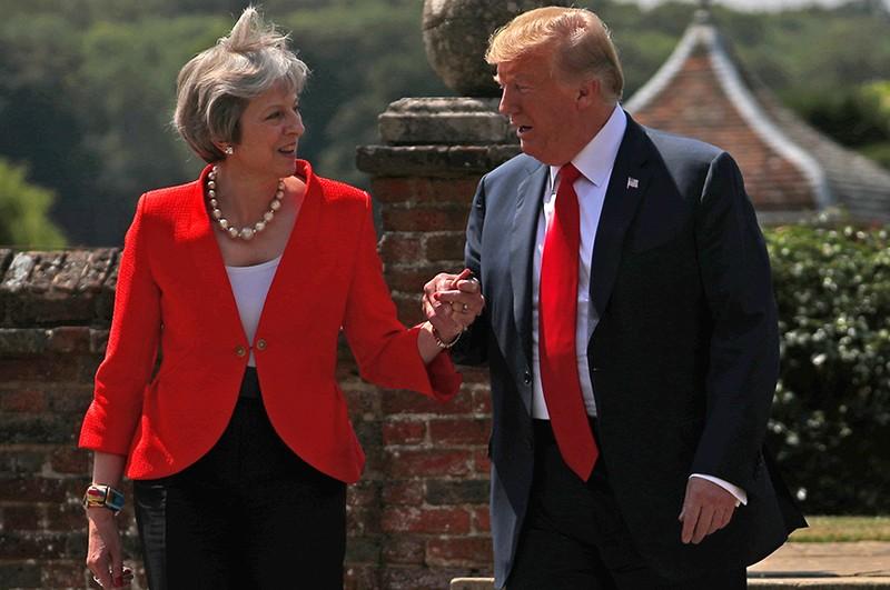 Bà May nhiều lần suýt khóc khi điện đàm với ông Trump - ảnh 1