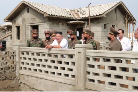 Triều Tiên tung bộ ảnh ông Kim khỏe mạnh đi thăm vùng lũ - ảnh 6
