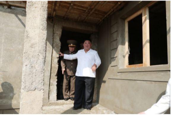 Triều Tiên tung bộ ảnh ông Kim khỏe mạnh đi thăm vùng lũ - ảnh 7
