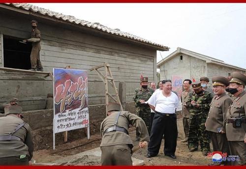 Triều Tiên tung bộ ảnh ông Kim khỏe mạnh đi thăm vùng lũ - ảnh 8