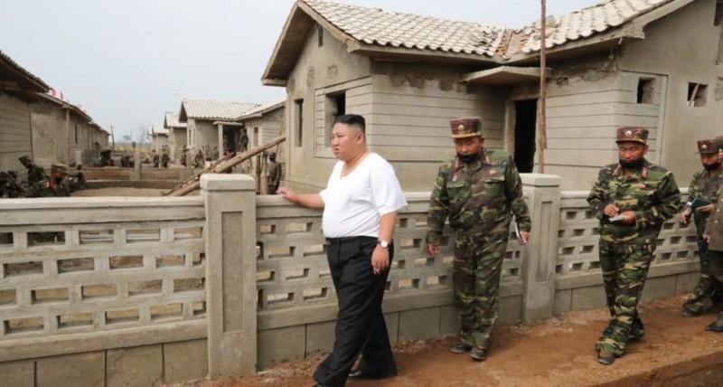 Triều Tiên tung bộ ảnh ông Kim khỏe mạnh đi thăm vùng lũ - ảnh 3