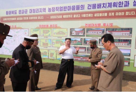 Triều Tiên tung bộ ảnh ông Kim khỏe mạnh đi thăm vùng lũ - ảnh 4