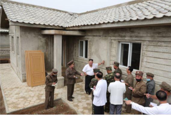 Triều Tiên tung bộ ảnh ông Kim khỏe mạnh đi thăm vùng lũ - ảnh 5