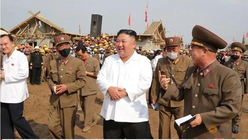 Triều Tiên tung bộ ảnh ông Kim khỏe mạnh đi thăm vùng lũ - ảnh 1