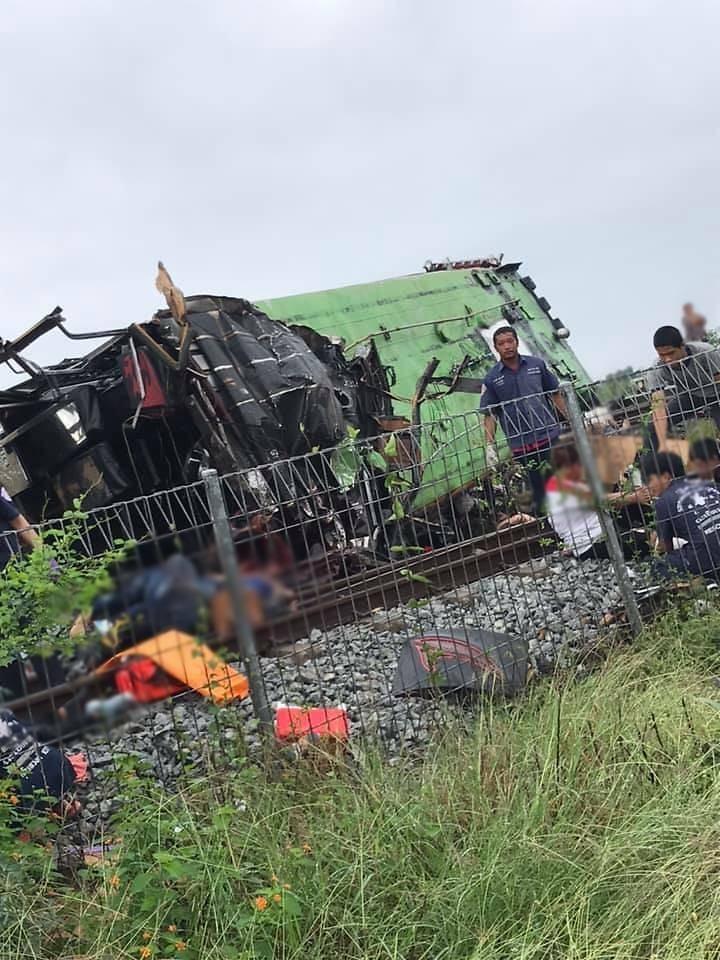 Tàu hỏa đâm xe buýt, 20 người chết, hơn 30 người bị thương - ảnh 3