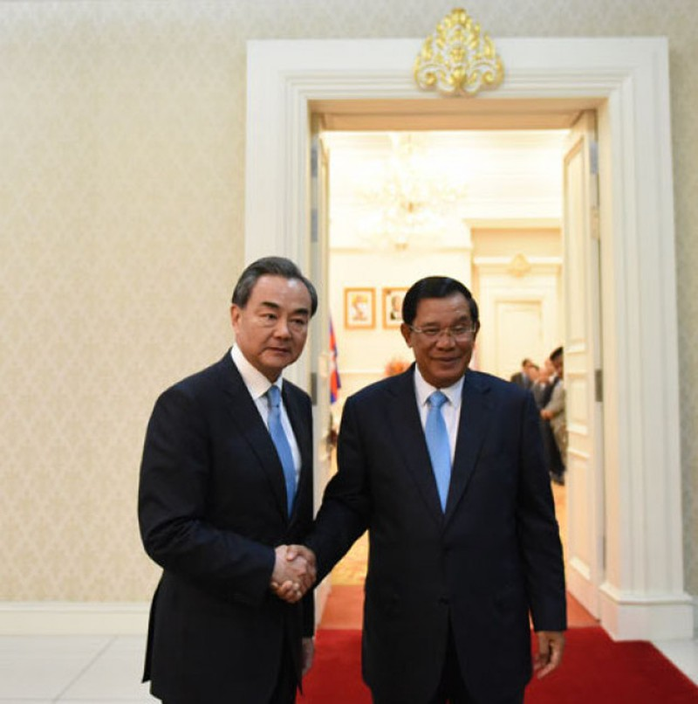 Ông Vương Nghị sang Campuchia ký thỏa thuận thương mại tự do - ảnh 1