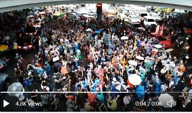 Thái Lan: Người biểu tình mang dù xuống đường như ở Hong Kong - ảnh 1