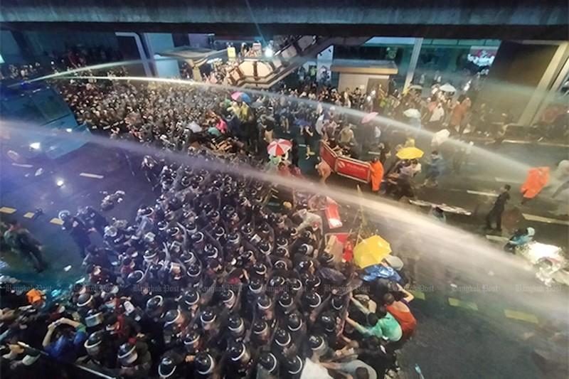 Thái Lan: Người biểu tình mang dù xuống đường như ở Hong Kong - ảnh 2