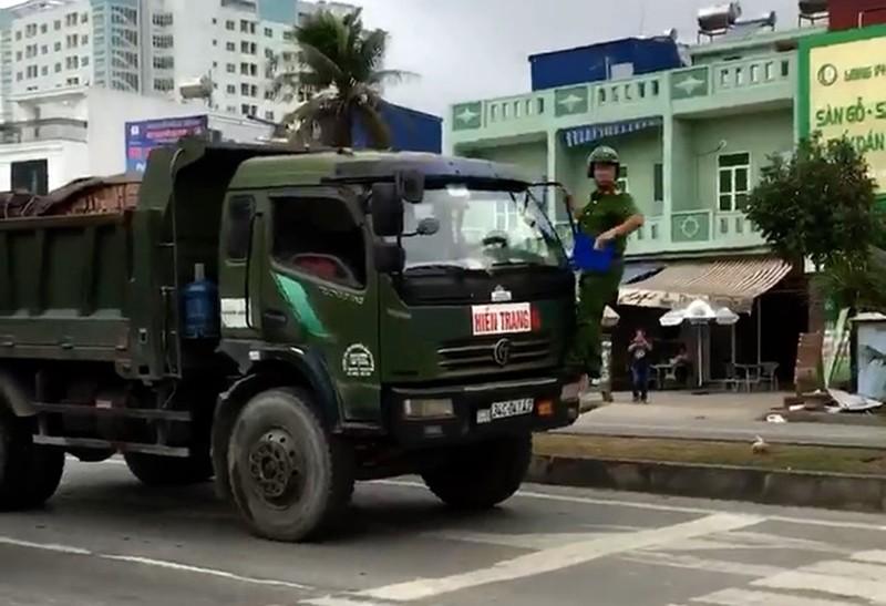 Mô tô CSGT bị xe tải tông, kéo lê trên đường - ảnh 1