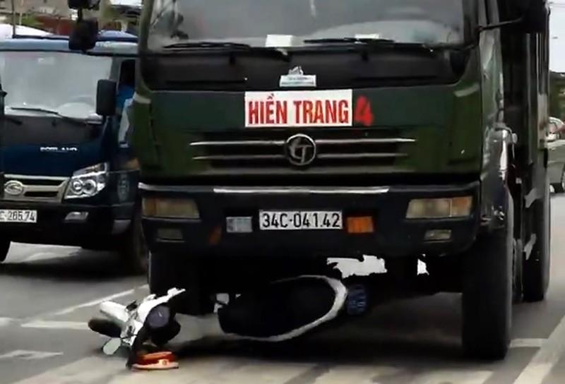 Mô tô CSGT bị xe tải tông, kéo lê trên đường - ảnh 2
