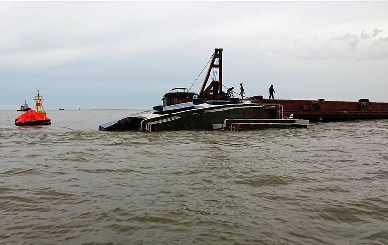 Tàu nạo vét đổ bùn thải bị giông đánh chìm trên biển - ảnh 1