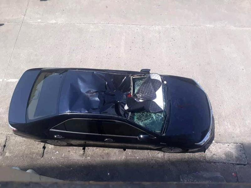 Bệnh nhân rơi từ lầu 10 trúng nóc xe ô tô trong sân bệnh viện - ảnh 1