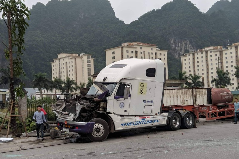 Xe container gây tai nạn liên hoàn, 3 người thương vong - ảnh 1