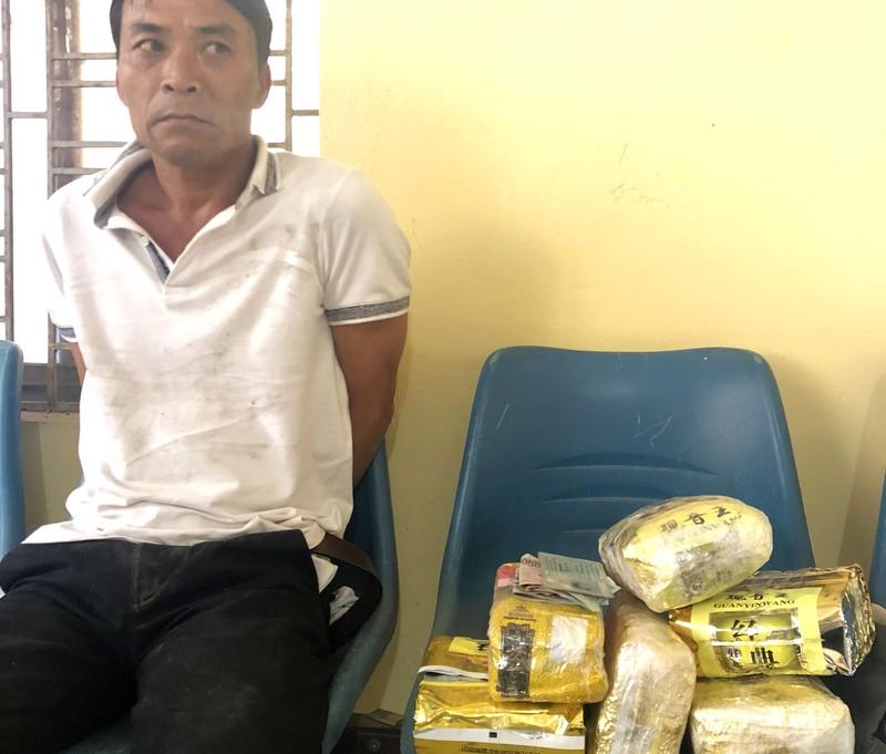Vừa xuống xe, nghi can mang 6 kg ma túy đá bị bắt giữ - ảnh 1