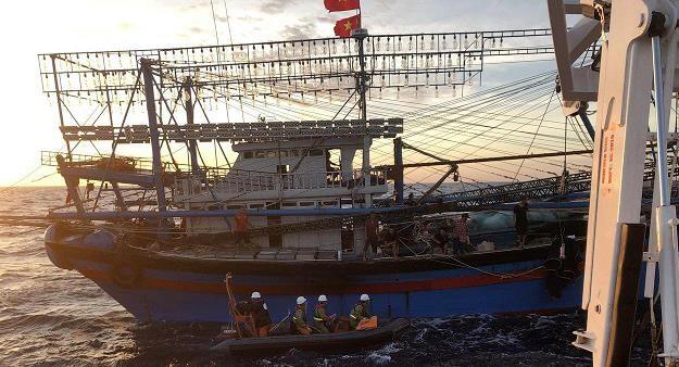 Huy động tìm kiếm 9 người trên tàu cá gặp nạn - ảnh 1