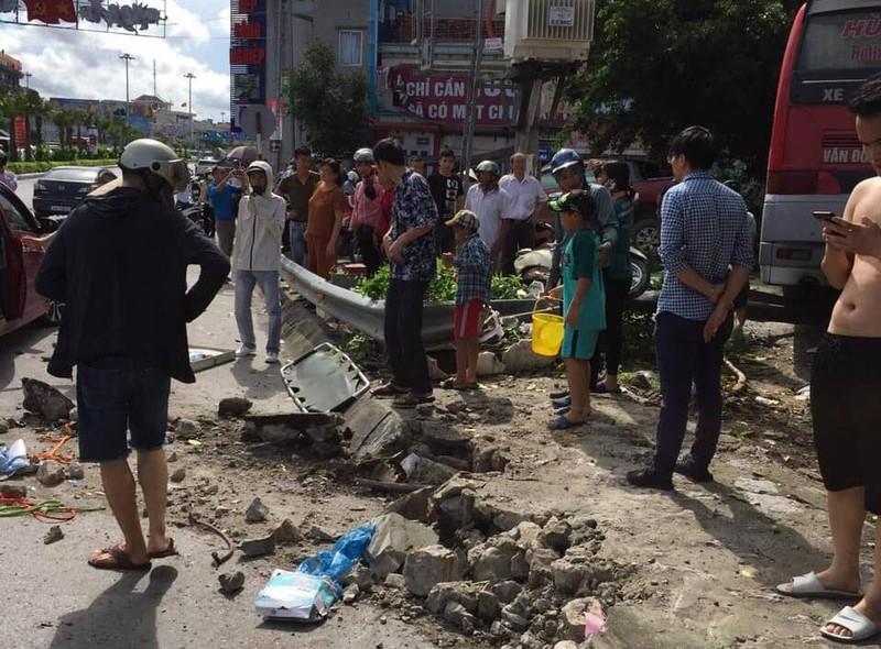 Ô tô khách tông hàng loạt xe máy, ô tô, 5 người thương vong - ảnh 2