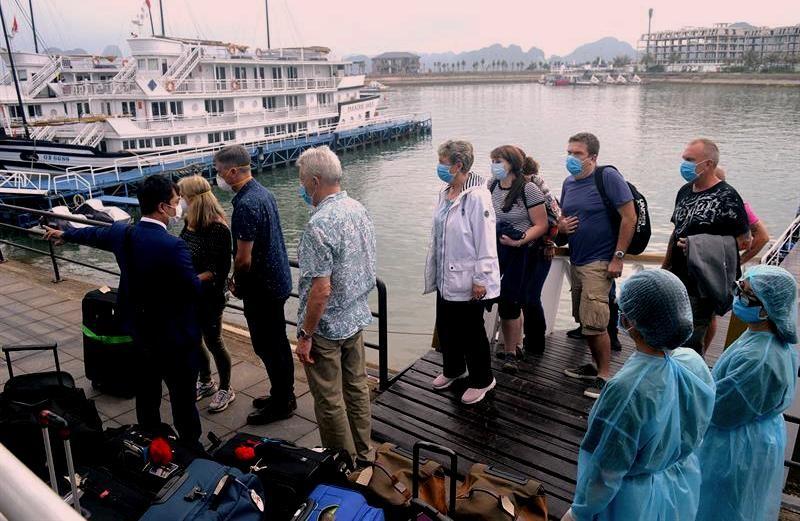 Tạm dừng đón khách tham quan vịnh Hạ Long - ảnh 1