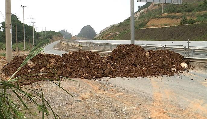 Quảng Ninh đổ đất, đặt bê tông phong tỏa đường kiểm soát dịch - ảnh 1