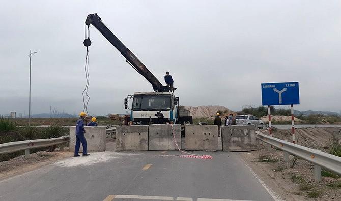 Quảng Ninh đổ đất, đặt bê tông phong tỏa đường kiểm soát dịch - ảnh 2