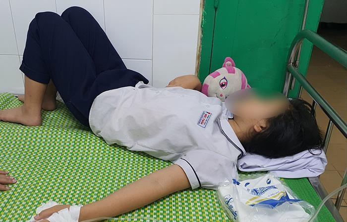 Hơn 40 học sinh ngộ độc sau khi uống nước giải khát - ảnh 1