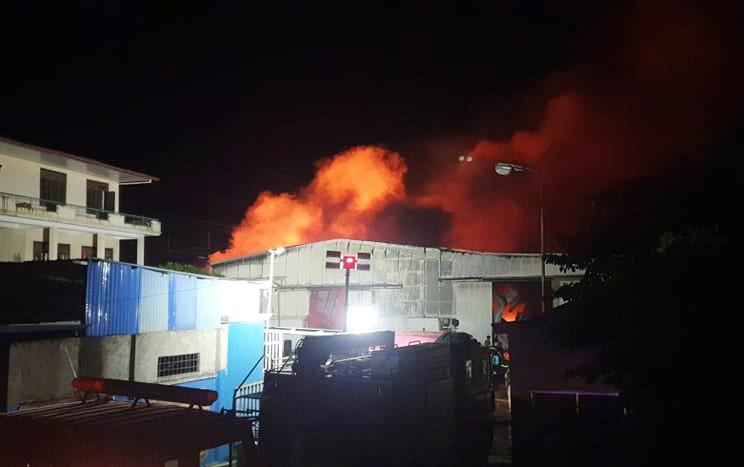 Cháy xưởng sản xuất gỗ pallet gần kho xăng ở Hải Phòng - ảnh 1