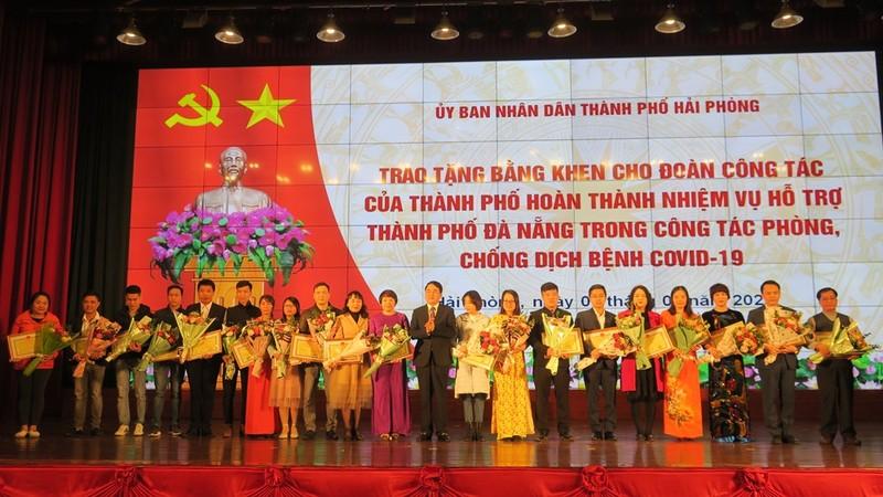 Tặng bằng khen đoàn y tế hỗ trợ Đà Nẵng chống dịch COVID-19 - ảnh 1
