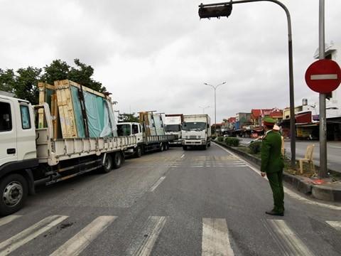 Hải Phòng: Cho xe tải qua chốt quốc lộ 5 nhưng kiểm soát chặt - ảnh 1