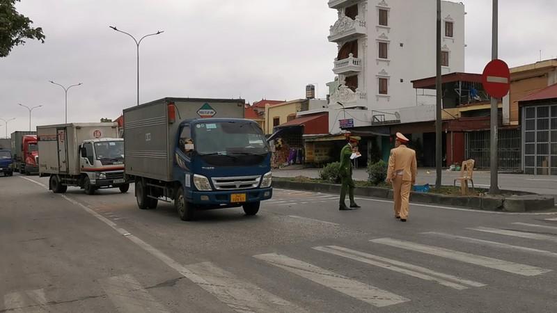 Hải Phòng: Cho xe tải qua chốt quốc lộ 5 nhưng kiểm soát chặt - ảnh 3