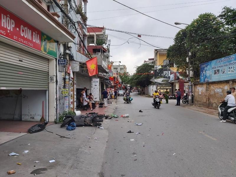 Sau hỗn chiến, 2 người đi xe máy nghi bị ô tô tông tử vong - ảnh 1