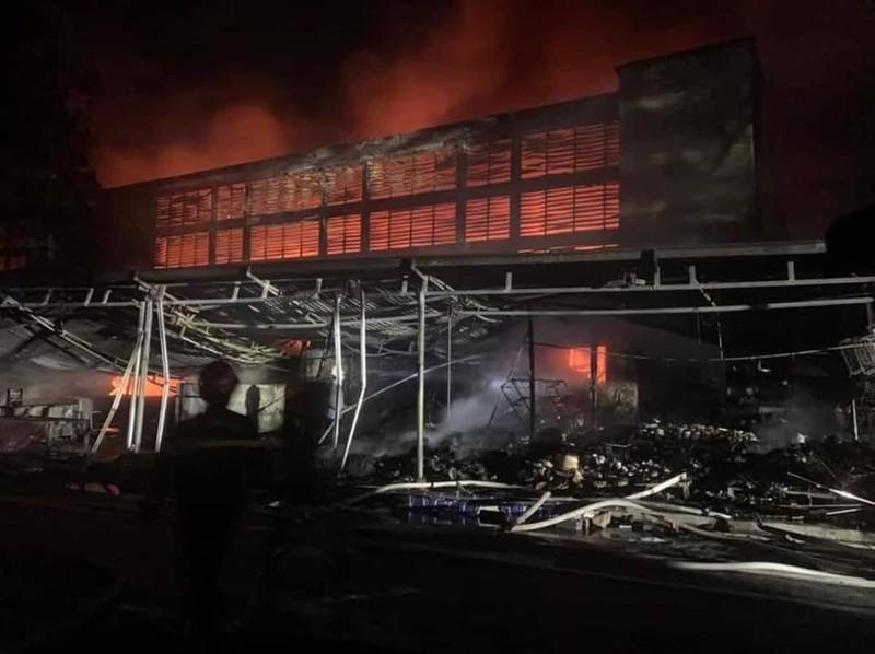 Cháy chợ Núi Đèo, nhiều gian hàng bị thiêu rụi - ảnh 2
