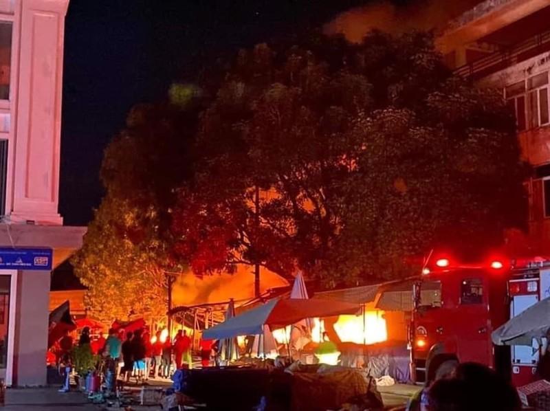 Cháy chợ Núi Đèo, nhiều gian hàng bị thiêu rụi - ảnh 1