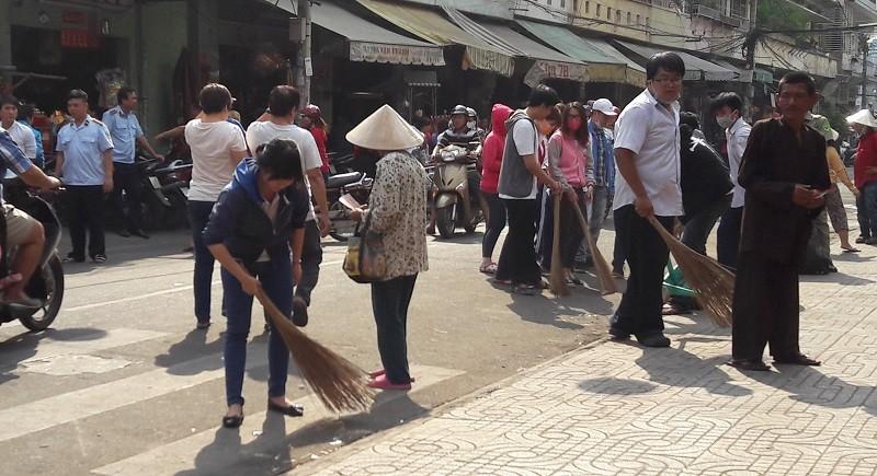 Các bạn trẻ phơi nắng dọn vệ sinh đường phố đón tết Nguyên Tiêu - ảnh 3