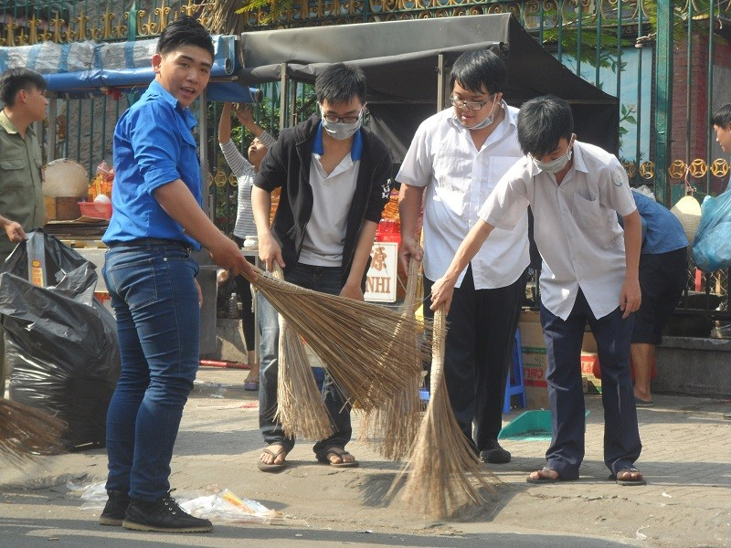 Các bạn trẻ phơi nắng dọn vệ sinh đường phố đón tết Nguyên Tiêu - ảnh 6