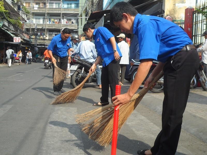 Các bạn trẻ phơi nắng dọn vệ sinh đường phố đón tết Nguyên Tiêu - ảnh 2