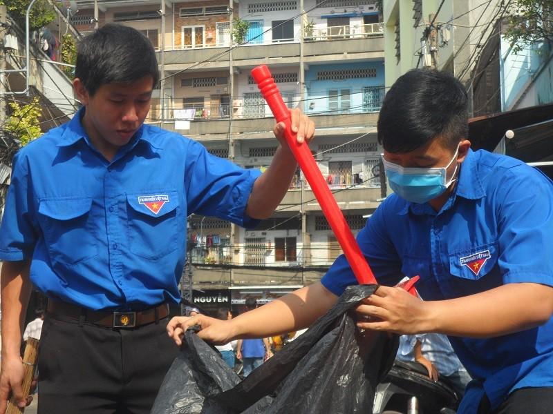 Các bạn trẻ phơi nắng dọn vệ sinh đường phố đón tết Nguyên Tiêu - ảnh 4