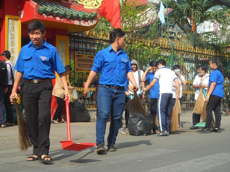 Các bạn trẻ phơi nắng dọn vệ sinh đường phố đón tết Nguyên Tiêu - ảnh 1