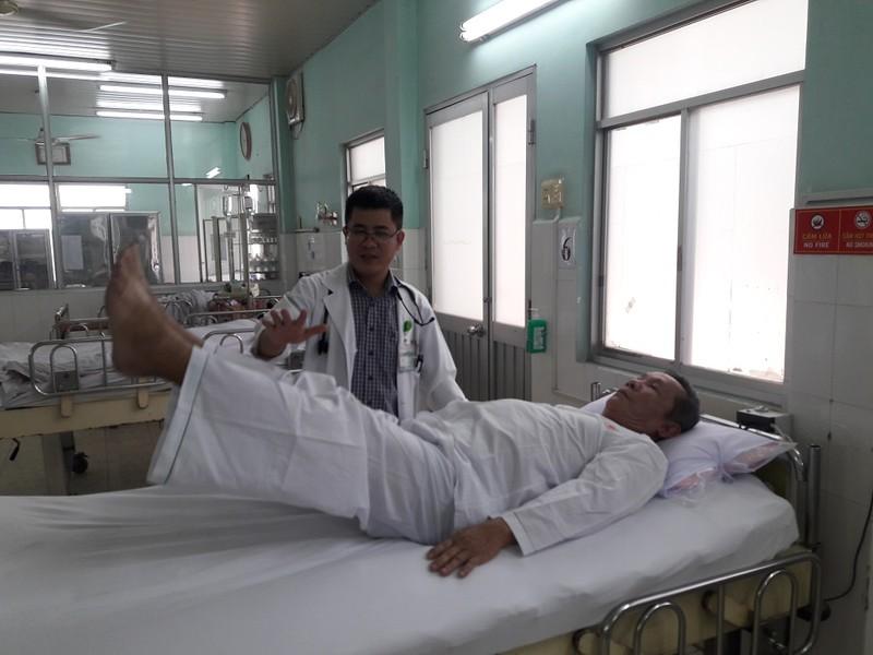 Bệnh nhân liệt nửa người đi được sau 24 giờ điều trị - ảnh 1