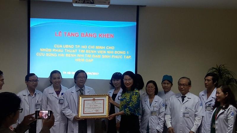 UBND TP thưởng nóng 2 êkíp bác sĩ mổ tim phức tạp - ảnh 1
