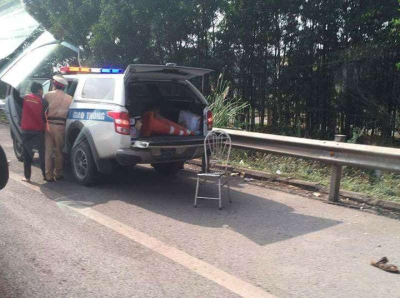 Xe máy chạy vào cao tốc, tông 2 CSGT nhập viện - ảnh 1