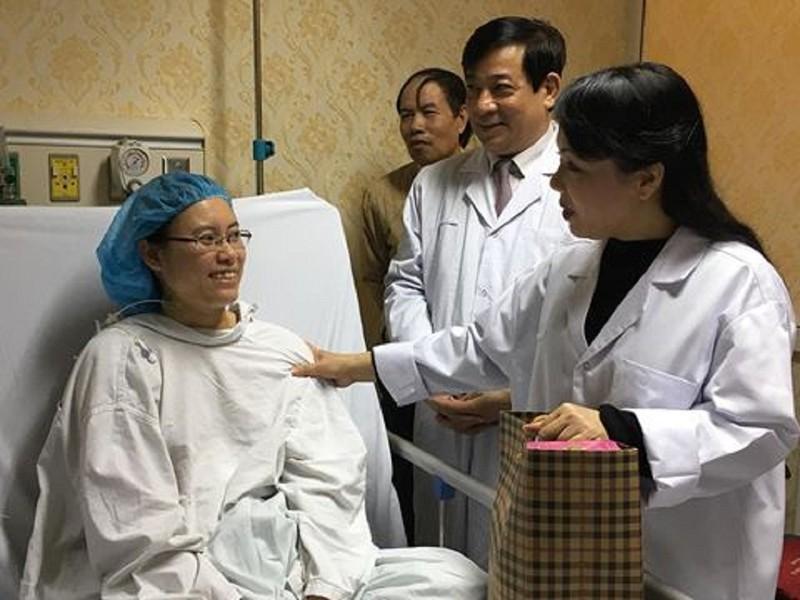 Bộ trưởng Bộ Y tế thăm người bệnh đón giao thừa tại BV - ảnh 1