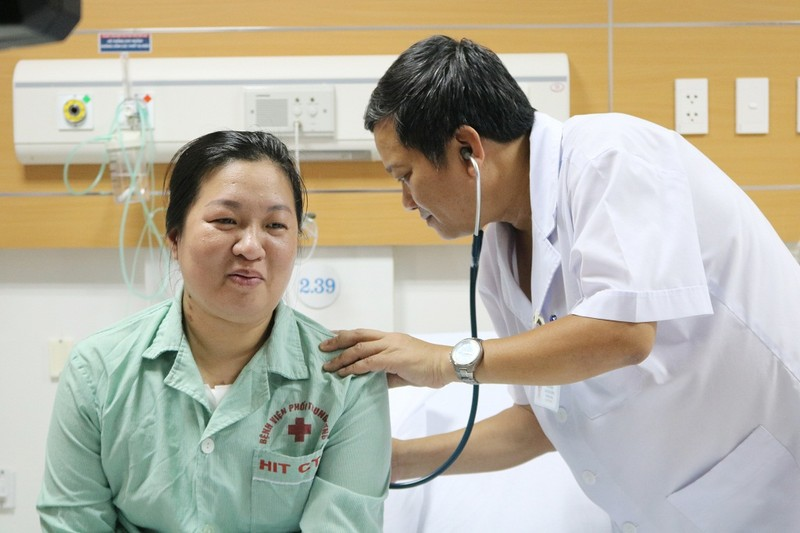 Mở lồng ngực, cho tim phổi nhân tạo thở thay để cứu người - ảnh 2